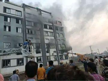 સુરત: કડોદરા GIDC ની કંપનીમાં આગ, કર્મચારીએ જીવ બચાવવા માટે છલાંગ લગાવતા મોત, 125 ને બચાવાયા