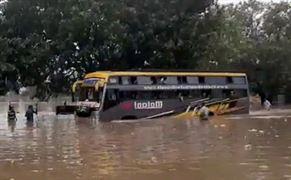 ભારે વરસાદના કારણે ૫૦ મુસાફરોને લઇ જતી ખાનગી ટ્રાવેલ્સની બસ પાણીમાં ફસાઈ ગઈ, અને પછી....